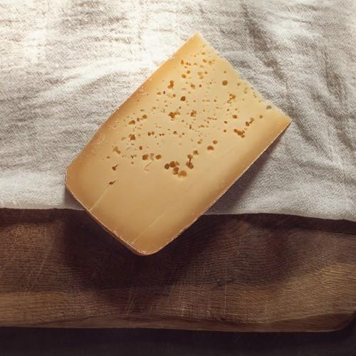 fromage_monnoir_morceau_trou
