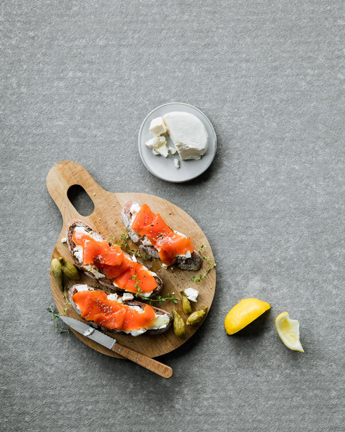 Tartines au Péningouin, saumon fumé et gousses d'asclépiades